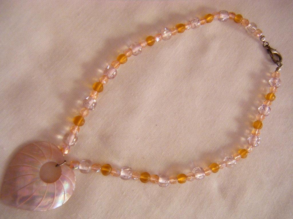 collana con mezzo cristallo , vetro e ciondolo a forma di cuore in madre perla