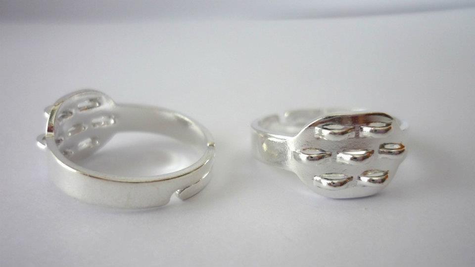Anello 7 asole Nickel free, argentato, regolabile.  Dimensioni: 19 mm diametro anello; 12 mm diametro base.  0,75 euro/pezzo