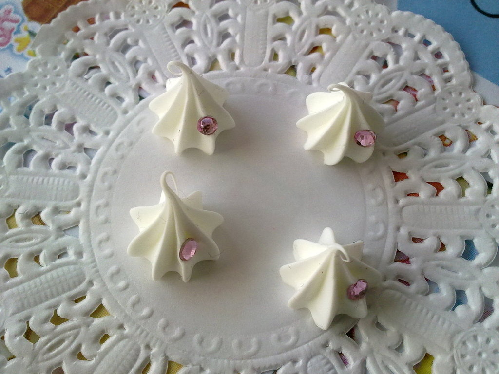 Ciuffo di panna bianca  +  strass