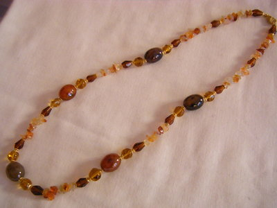collana lunga con pietre dure e vetro