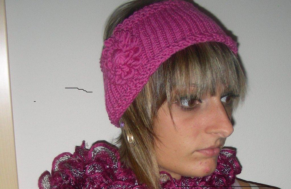 fascia rosa con fiore in lana fatta a mano