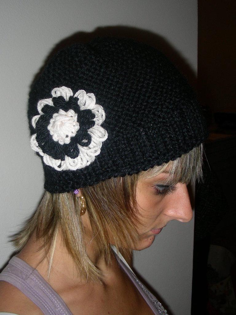 cappello nero con fiore  fatto a mano