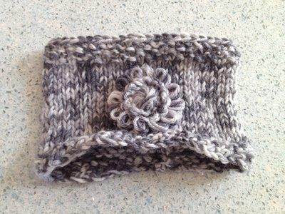 fascia tonalità dei grigi con fiore in lana fatta a mano