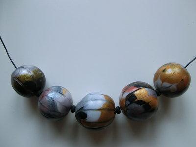 Collare perle piumate