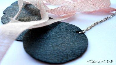 collana con maxi-ciondolo nero in vera pelle