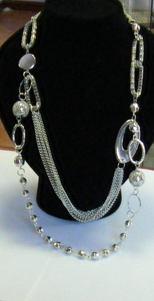 bellissima collana con catene e perline di diverse misure ,colore argento