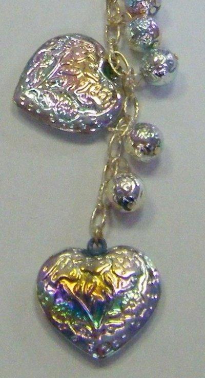 collana con catena colore argento,  pendenti a forma di cuore e perline