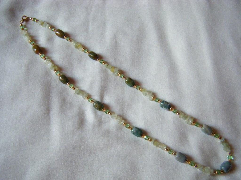 collana con pietre dure e mezzo cristallo