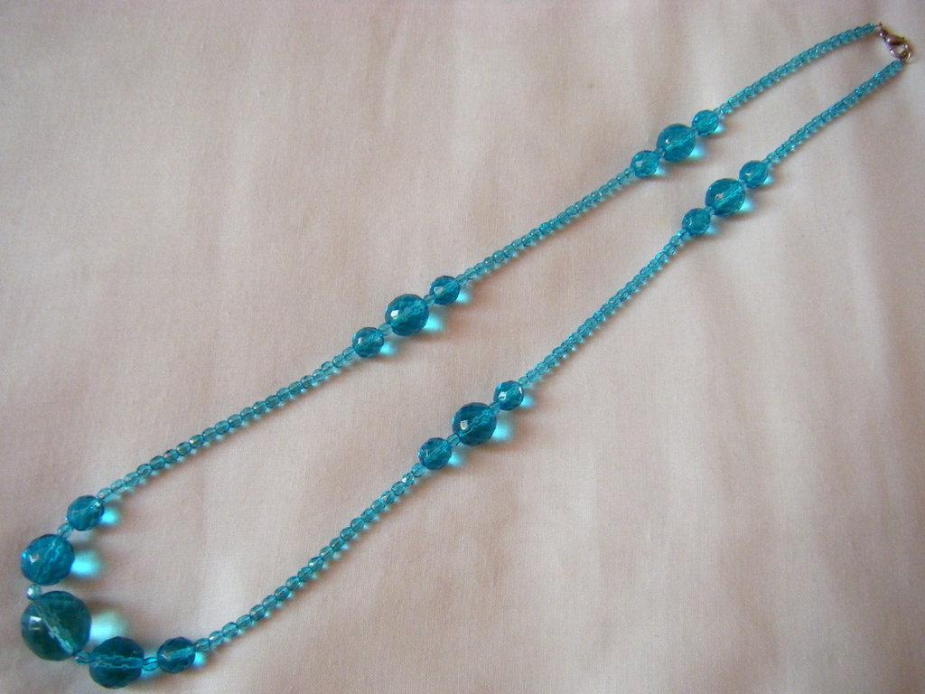 collana lunga in mezzo cristallo azzurro, fata a mano