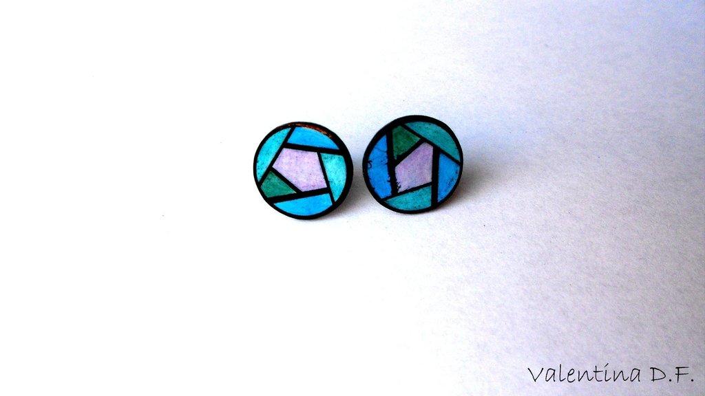 orecchini con fantasia geometrica celeste, lilla e verde
