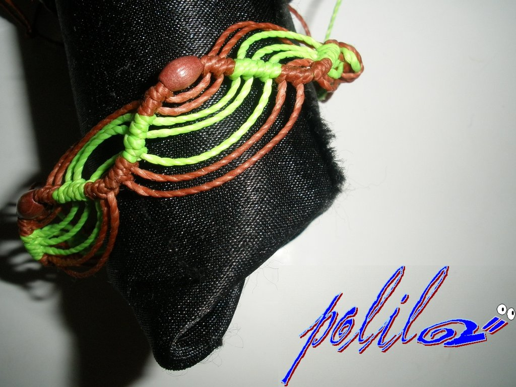 Braccialetto macramé verde chiaro e rosso con perle rosse