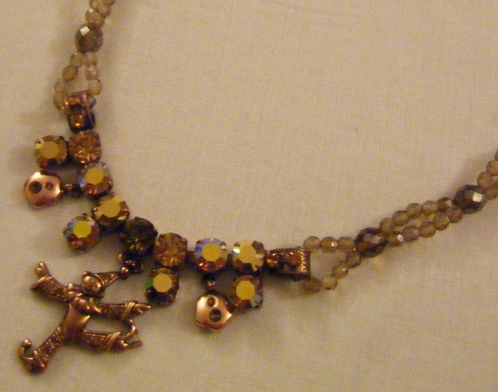 collana girocollo in mezzo cristallo ,strass e charms