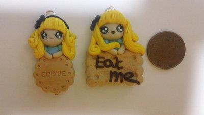 2 ciondoli Alice su biscotto