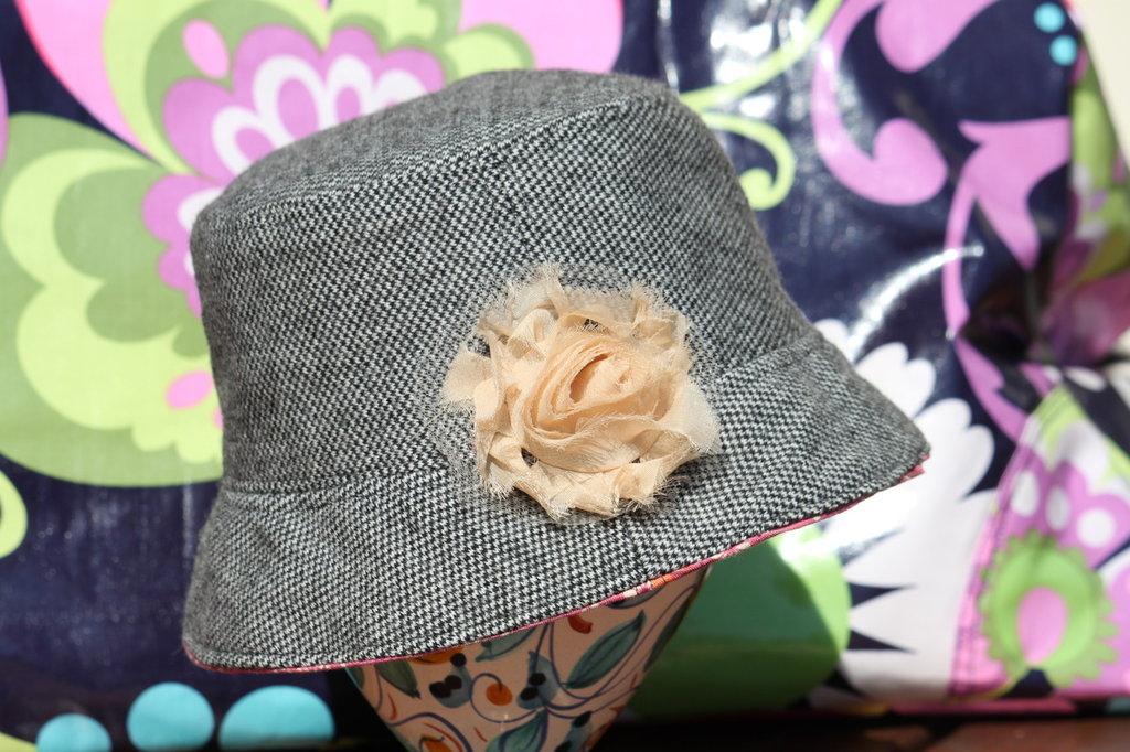 Cappello bambina in lana con fiore chiffon e interno in stoffa