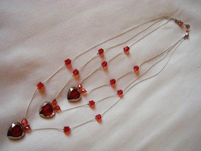 collana con catena e cuoricini in vetro rosso