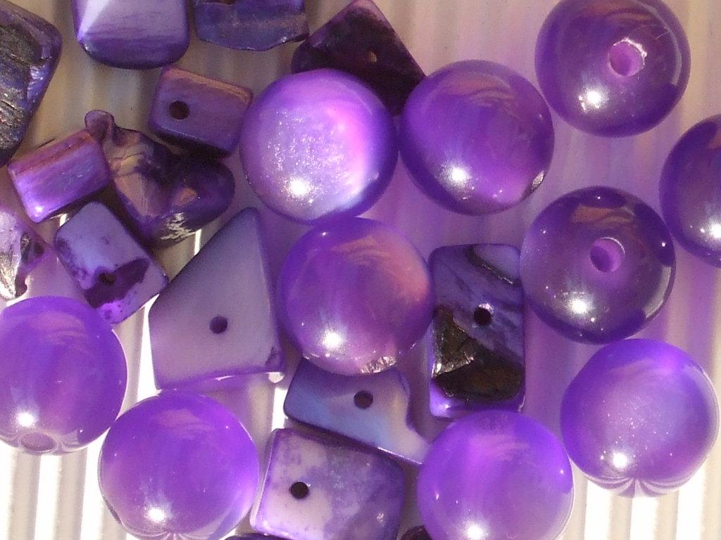 Lotto 25 pezzi: perle viola plastica + chips madreperla vend.