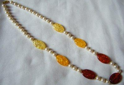 collana con perle bianche  e resina