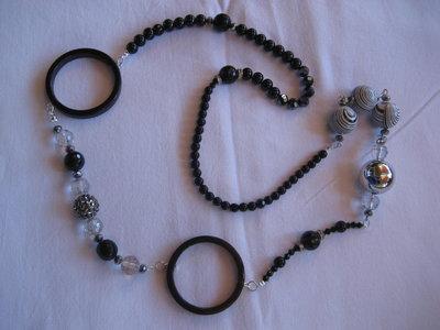 Collana nera con pietre ed anelli