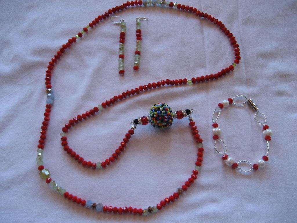 Parure di perline rosse e perline bianche