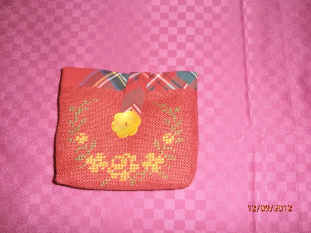 pochette rossa con ricamo a punto croce