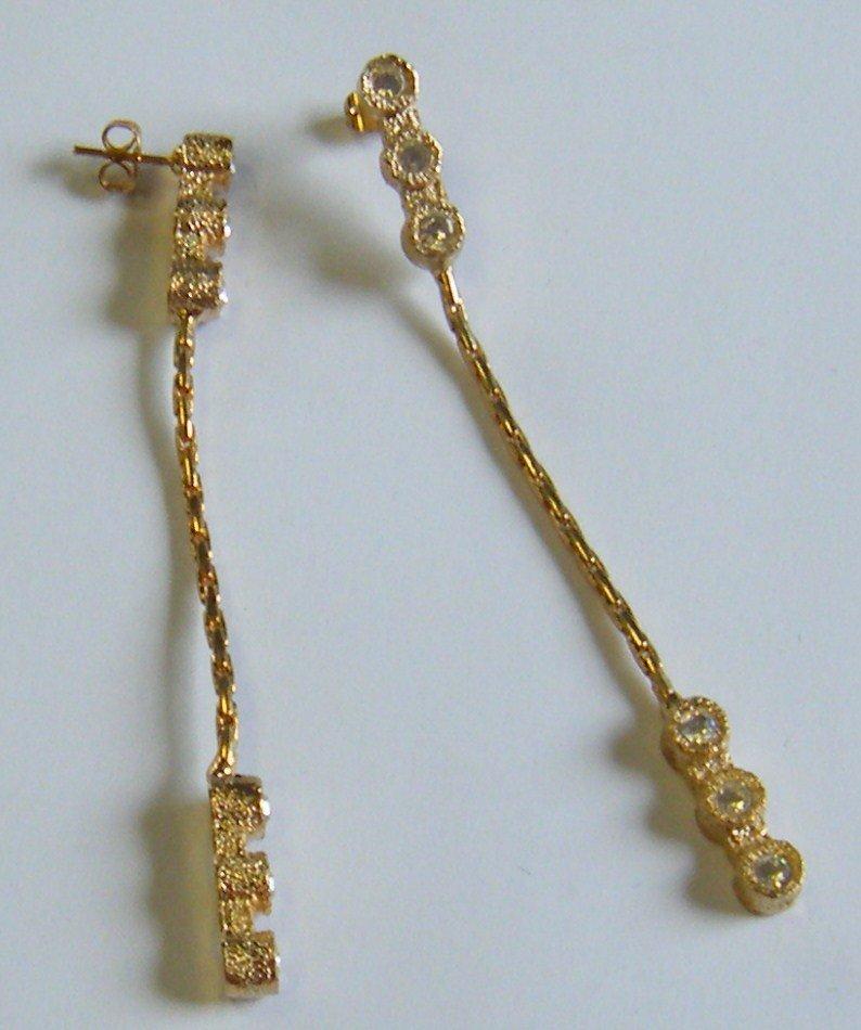 orecchini lunghi in metallo e strass