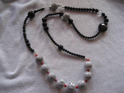 Collana nera con perline rosse