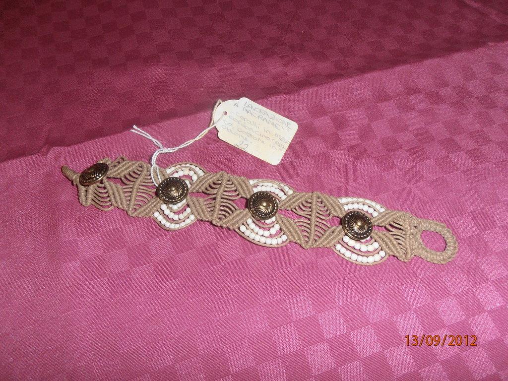 B2 Braccialetto originale a macramè con coralli d'osso-----Original macramè bracelet