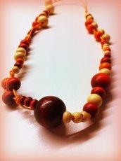Collana asimmetrica con perle in legno