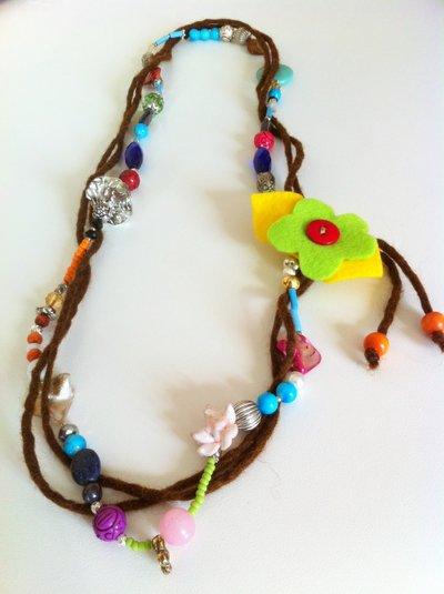 Collana multicolor con fili di lana