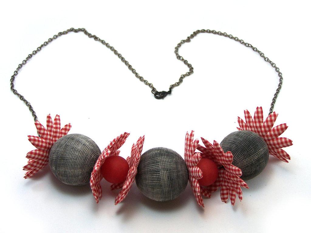 Collana fatta a mano con perle e fiori in tessuto