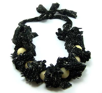 Collana fatta a mano con tessuto fashion e perle gialle