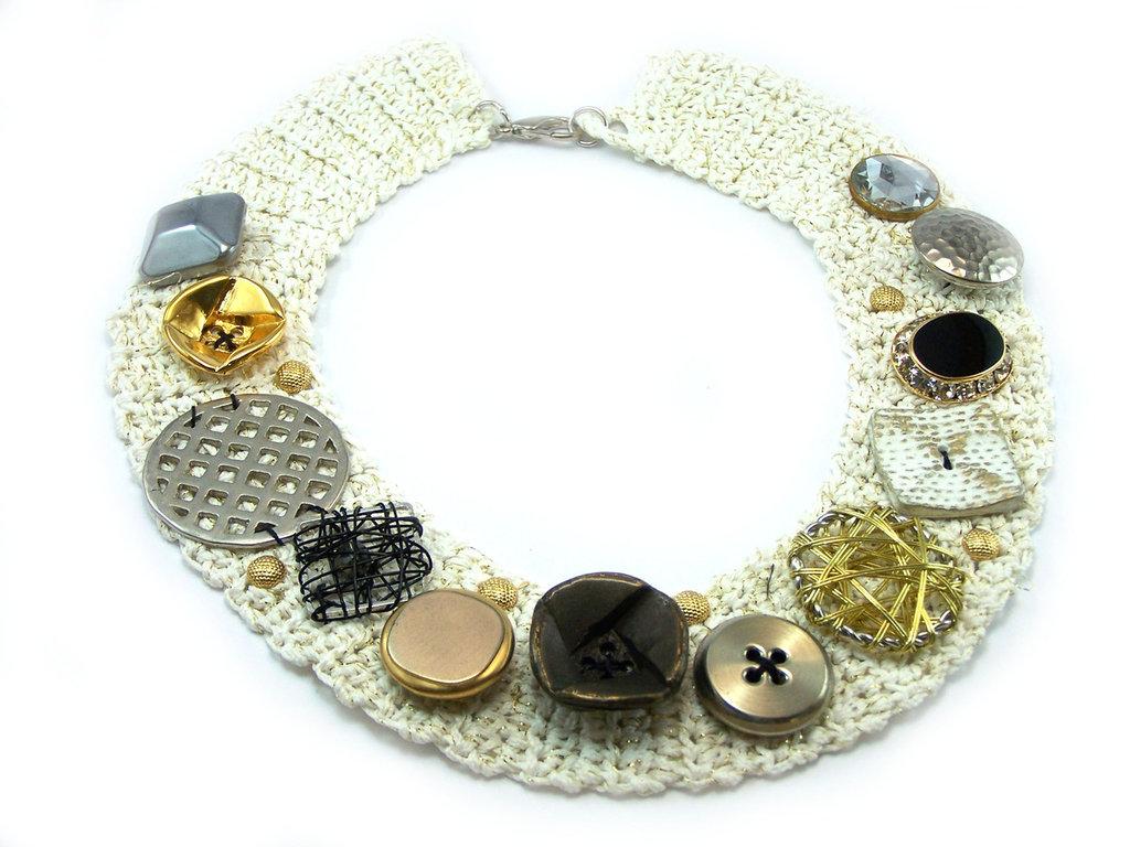 Collana fatta a mano realizzata con base in crochet e composizione di bottoni ed elementi vintage