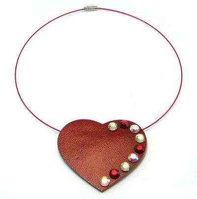 Collana fatta a mano realizzata con filo metallico, cuore in pelle e strass