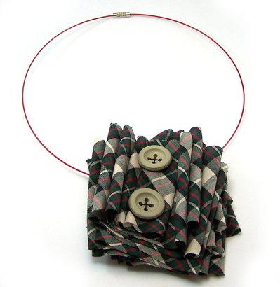 Collana fatta a mano realizzata con filo metallico, tessuto tartan in cotone e bottoni vintage