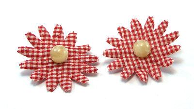 Orecchini fatti a mano composti da fiore in cotone e perla centrale