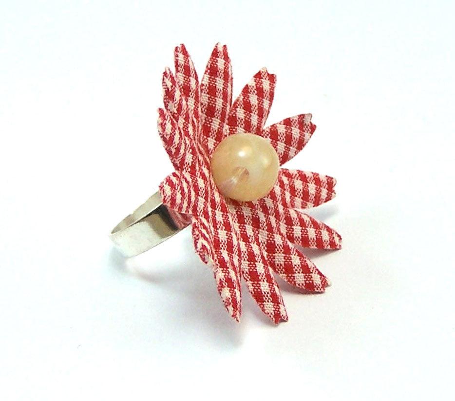 Anello fatto a mano composto da un fiore in tessuto a quadretti e perla centrale