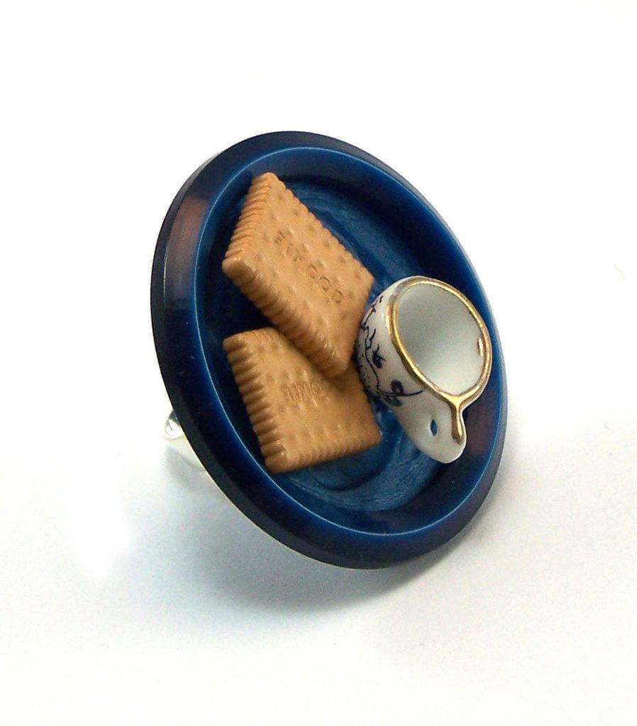 Anello fatto a mano con miniature di biscotti e tazzina