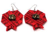 Orecchini fatti a mano in tessuto con stampa metro color rosso e pietra centrale