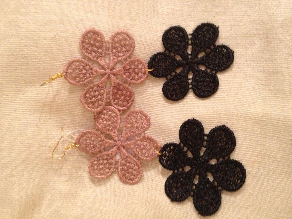Orecchino doppio fiore pizzo nero e cipria