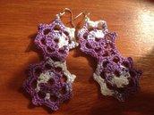 Orecchini viola e bianco a forma di doppio fiore