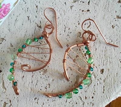 Orecchini rame e perle verdi