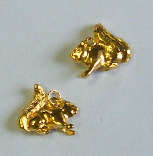 ciondolo ,scoiattolo, in metallo dorato