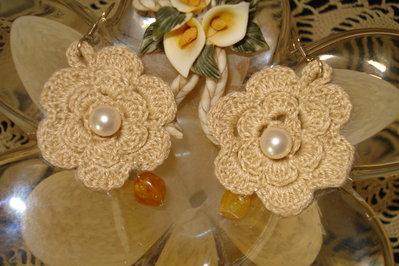 orecchini beige a forma di roselline