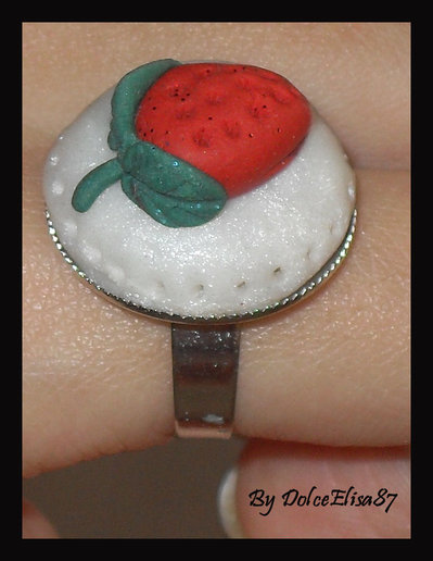 Anello con fragola in fimo