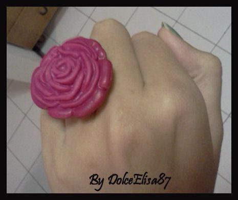 Anello con rosa grande fucsia