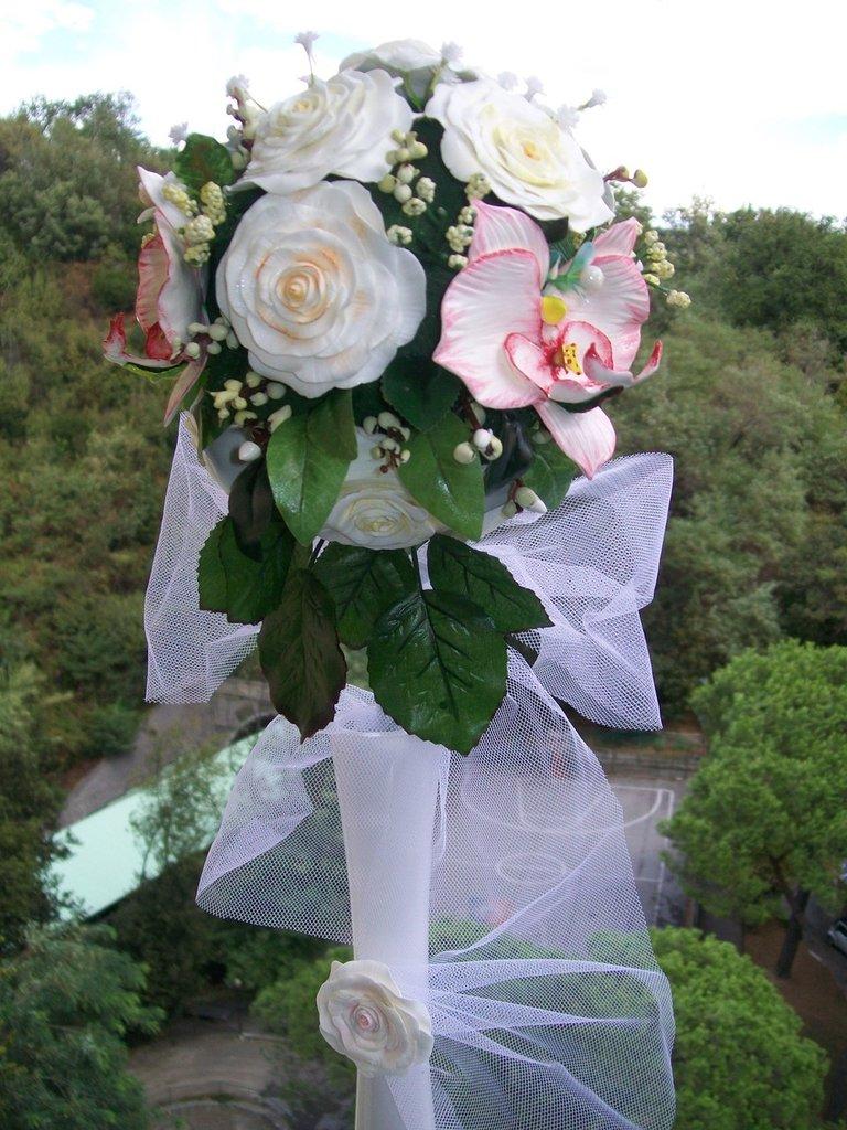 bouquet di rose bianche e orchidee
