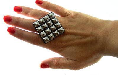 Anello fatto a mano con borchie color argento