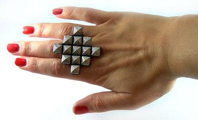 Anello realizzato a mano con borchie argento
