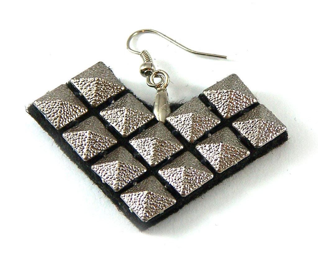 Orecchini fatti a mano con borchie argento