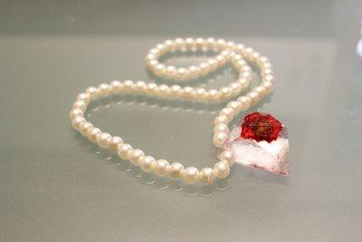 Collana in Perle con Ciondolo in Resina con Rosa Rossa